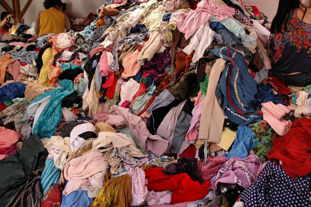 Manifest împotriva aruncării hainelor