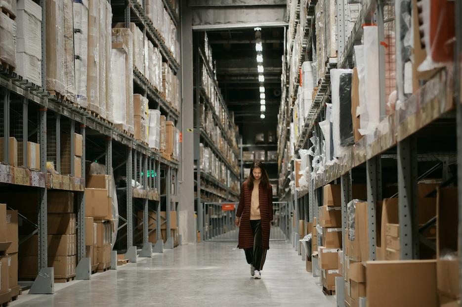 Vânzările online explodează, dar alimentele și produsele de strictă necesitate au prioritate