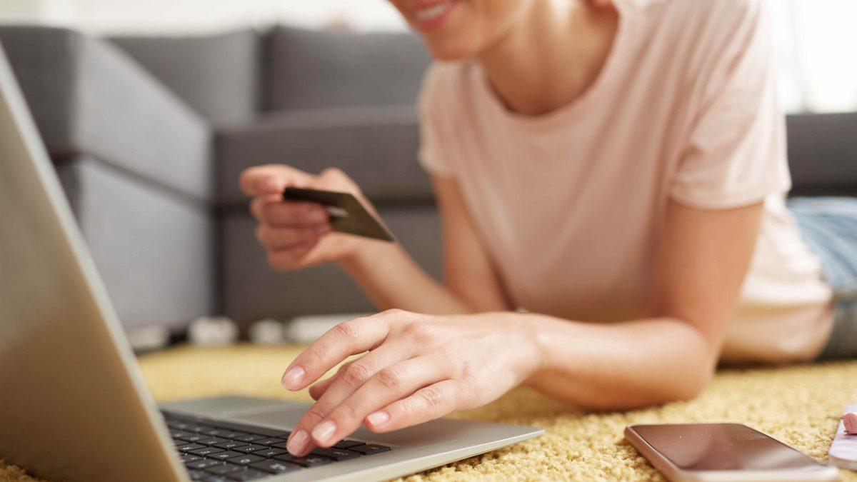 Retailul online de modă a crescut cu 50% la începutul lunii aprilie
