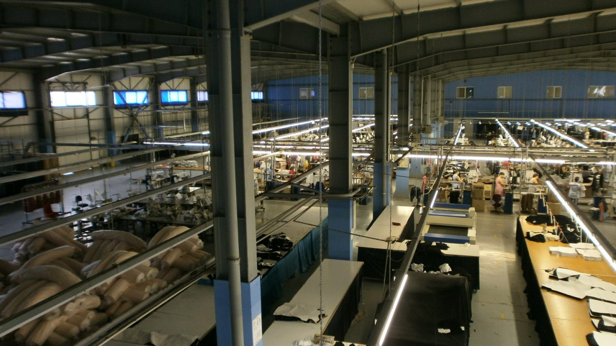 Muncitori plătiți sub salariul minim, în fabricile de confecții din Marea Britanie