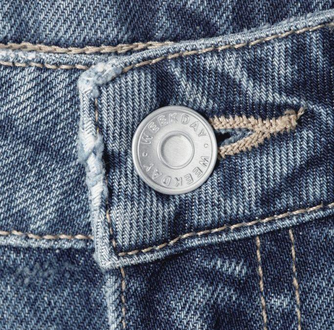 Weekday, brand aparținând H&M, a lansat o colecție de jeanși din deșeuri textile